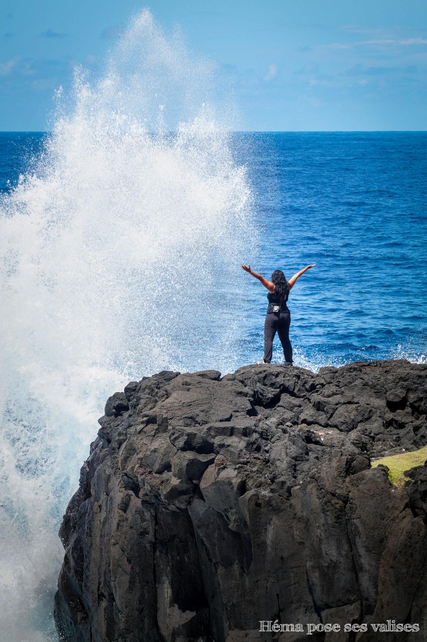 Océan indien se jetant sur la roche à l'île de La Réunion