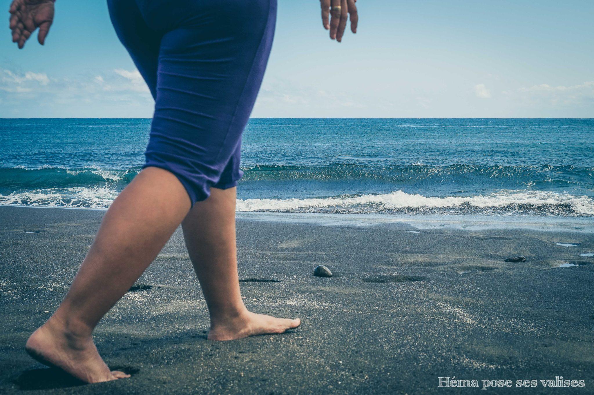 Marcher sur le sable noir de la plage de L'Etang-Salé de la Réunion