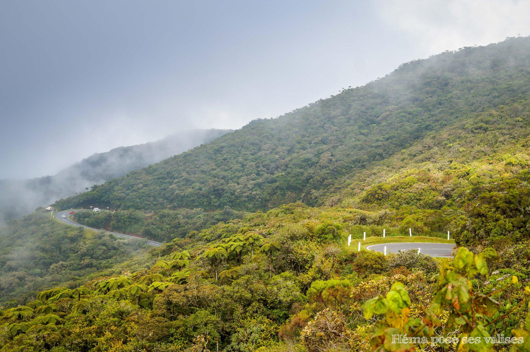 Route sinueuse vers le Piton de la Fournaise de La Réunion