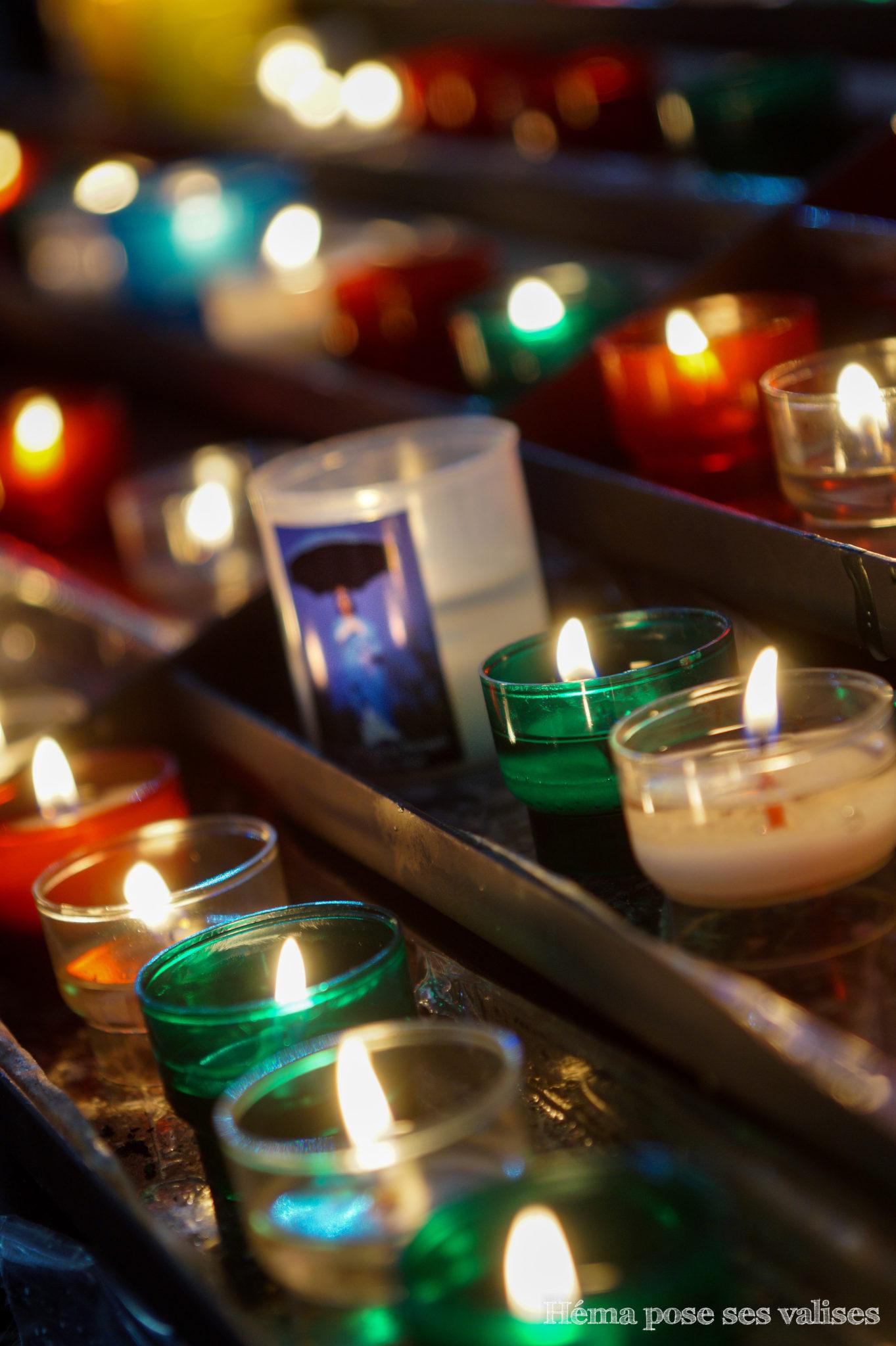 Bougies allumées dans l'église Notre-Dame-des-Laves