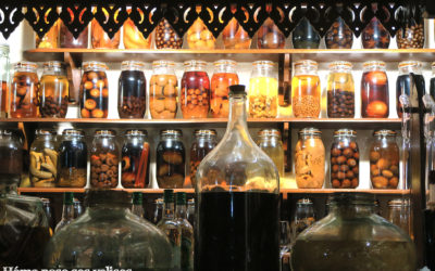 Bocaux de rhum arrangés décoratifs dans le restaurant de Saint Bernard à la Montagne sur les hauteurs de Saint Denis à La Réunion