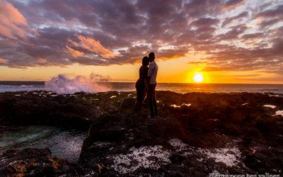 Couple assistant au coucher de soleil près du souffleur sur l'île de La Réunion